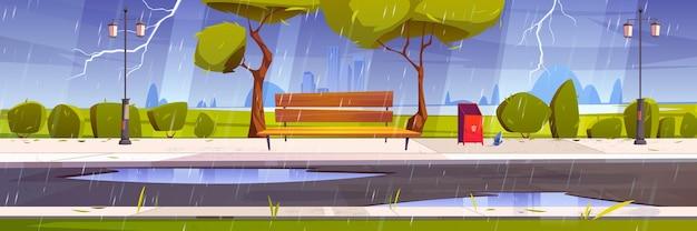 Tempestade com chuva e relâmpagos no parque da cidade com árvores verdes e grama