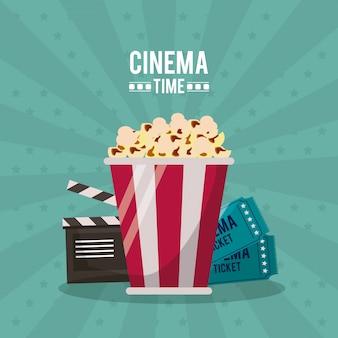 Tempo de cinema com clapperboard e bilhetes atrás da pipoca