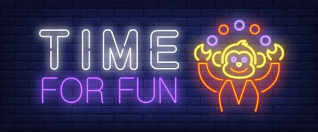 Tempo para diversão texto de néon com malabarismo de macaco