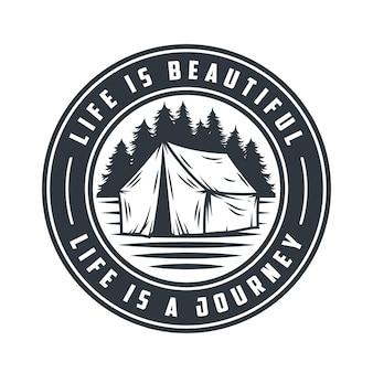 Tenda de acampamento com emblema monocromática e aventura de viagem na floresta