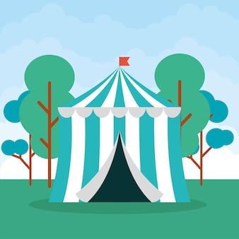 Tenda de circo com bandeira no campo