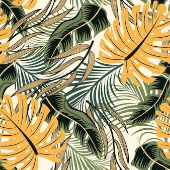 Tendência abstrata padrão sem emenda com folhas tropicais coloridas e plantas em fundo pastel