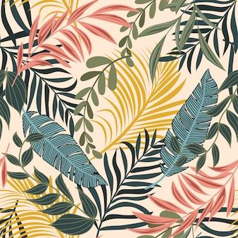 Tendência abstrata padrão sem emenda com folhas tropicais coloridas