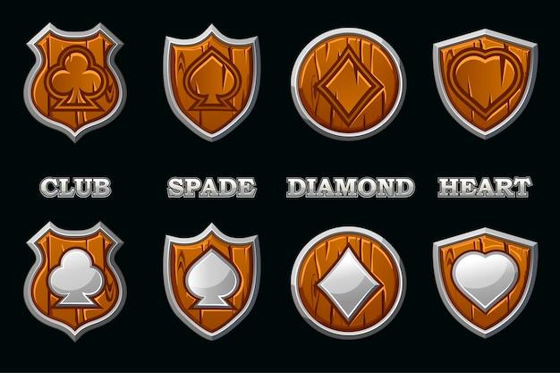Ternos de baralho no escudo de madeira com moldura de prata isolada. ícones de símbolos de pôquer