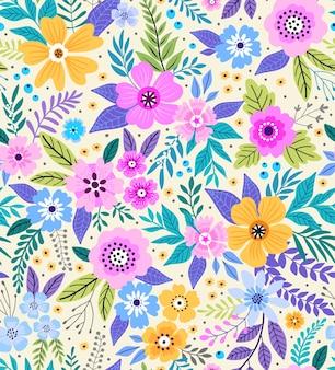 Teste padrão floral incrível com flores coloridas brilhantes, plantas, ramos e frutos em um fundo branco.