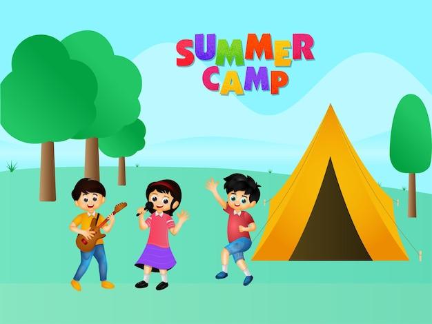 Texto de acampamento de verão colorido com desenhos animados crianças desfrutando e ilustração de barraca no fundo verde da natureza.