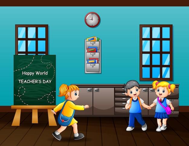 Texto de feliz dia do professor no quadro-negro com as crianças na sala de aula
