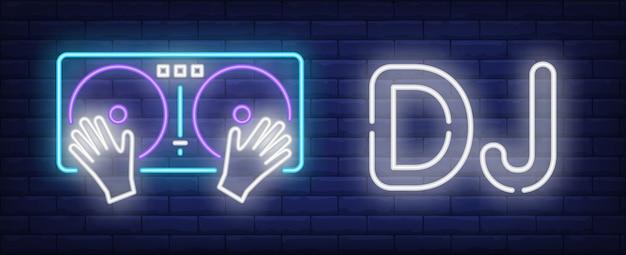 Texto de neon de dj com toca-discos