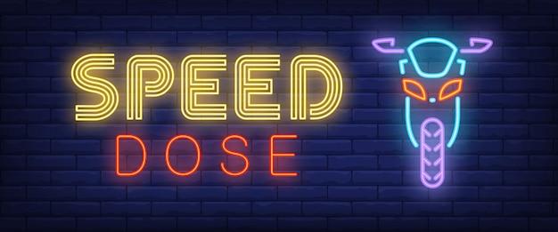Texto de néon de dose de velocidade com moto