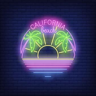 Texto de néon de praia de califórnia com sol, palmeiras e oceano