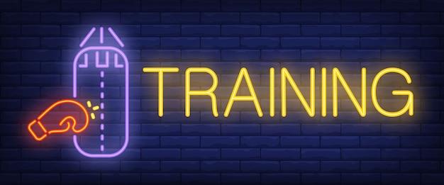 Texto de neon de treinamento com luva de boxe e saco de pancadas