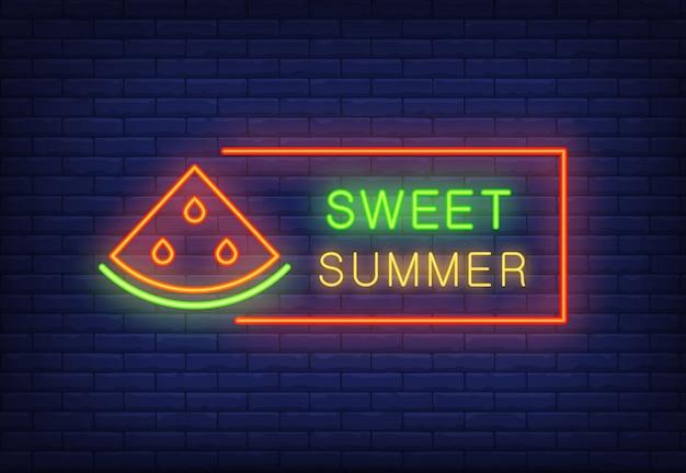 Texto de néon verão doce no quadro com fatia de melancia. oferta sazonal ou anúncio de venda