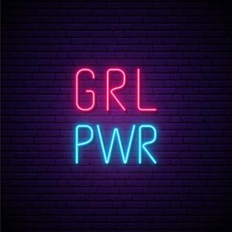 Texto neon girl power na parede de tijolos escuros