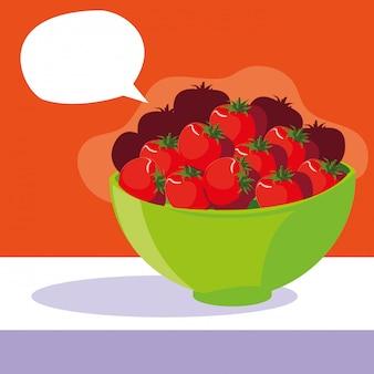 Tigela com tomates vermelhos frescos com bolha do discurso