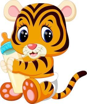 Tigre de bebê segurando a garrafa de leite