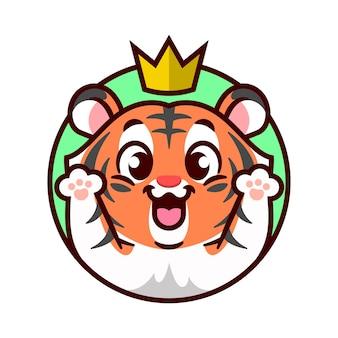 Tigre fofo e alegre com uma coroa de ouro na cabeça está levantando a mão mascote dos desenhos animados