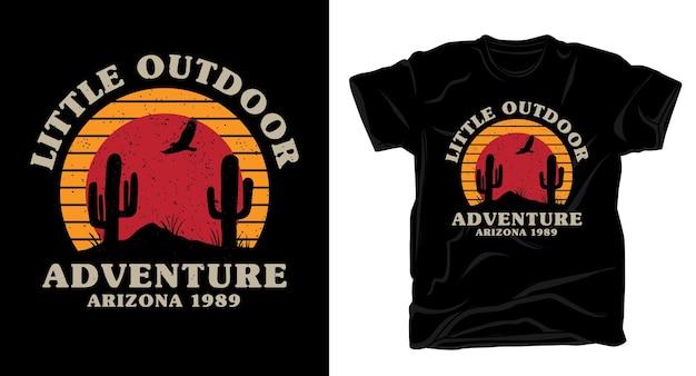 Tipografia de pequena aventura ao ar livre com design de cactos e camiseta com o pôr do sol