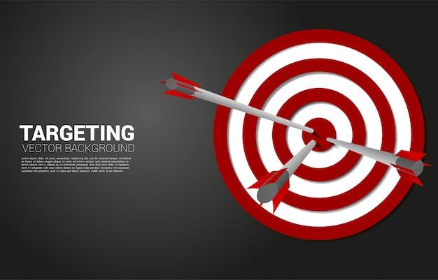 Tiro com flecha atingido no centro do alvo. conceito de negócio de alvo e cliente de marketing. missão e objetivo de visão da empresa.