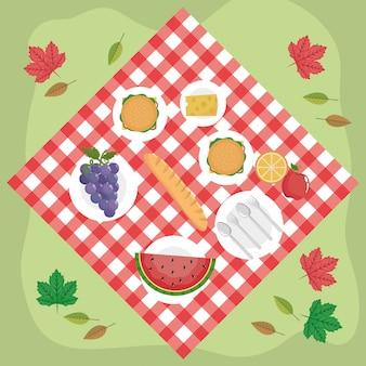 Toalha de mesa com hambúrgueres e uvas com melancia e queijo