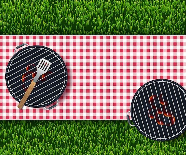 Toalha de mesa vermelha e branca no jardim
