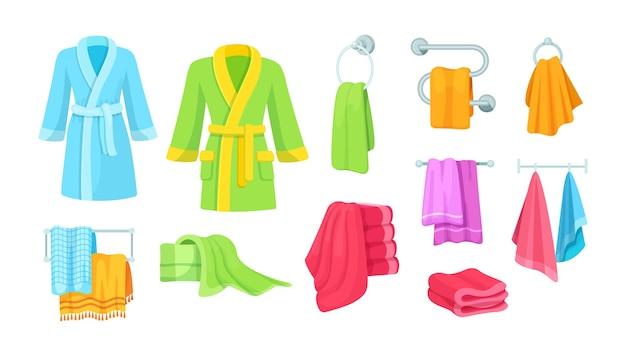 Toalhas têxteis felpudas confortáveis penduradas enroladas diferentes para secar após o banho
