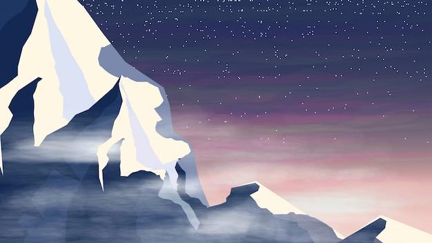 Topo da montanha de neve nas nuvens ao pôr do sol