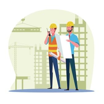 Trabalhador da construção civil verificando o plano e olhando para o canteiro de obras