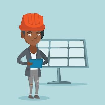 Trabalhador da usina de energia solar usando um tablet digital
