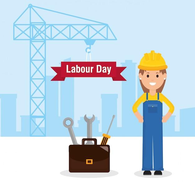 Trabalhador de construtor feminino com capacete