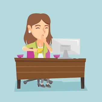 Trabalhador de escritório cansado caucasiano novo que boceja.