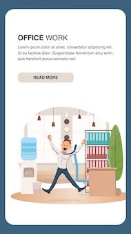 Trabalhador de escritório feliz saltar no coworking moderno