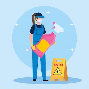 Trabalhador de mulher de serviço de limpeza usando máscara médica, com spray de limpeza e sinal de cuidado piso molhado eu