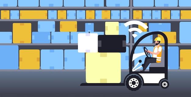 Trabalhador, dirigindo, empilhadeira, com, caixas, em, palete, on-line, conexão sem fio, conceito, armazém, interior, quinta, inovador, geração, de, internet, comprimento cheio, horizontal