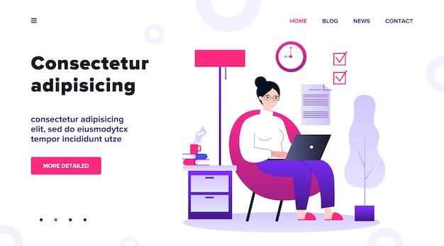 Trabalhador freelance feliz trabalhando com laptop em casa. mulher sentada na poltrona, usando o computador. ilustração para freelancer, manhã, planejamento, conceito de rotina