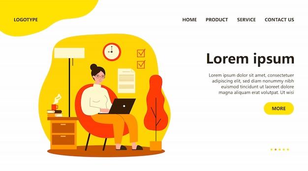 Trabalhador freelance feliz trabalhando com laptop em casa