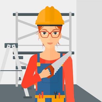 Trabalhador sorridente com serra.