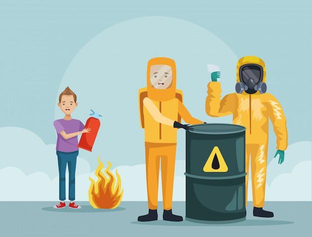 Trabalhadores com roupa industrial e menino usando extintor de incêndio