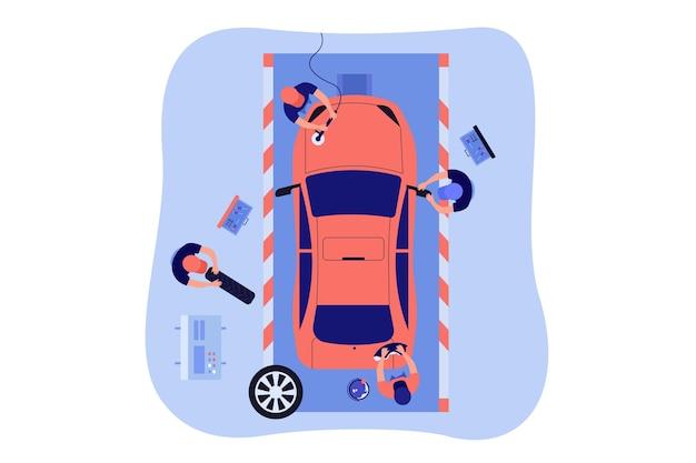 Trabalhadores da manutenção de automóveis lavando e polindo veículos vermelhos, trocando rodas.
