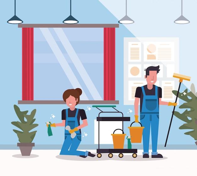Trabalhadores de casal em limpeza com escova e vidro limpo