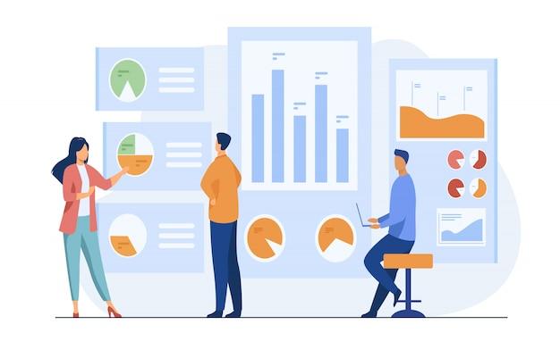 Trabalhadores de escritório analisando e pesquisando dados comerciais