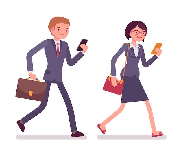 Trabalhadores de escritório andando com smartphones