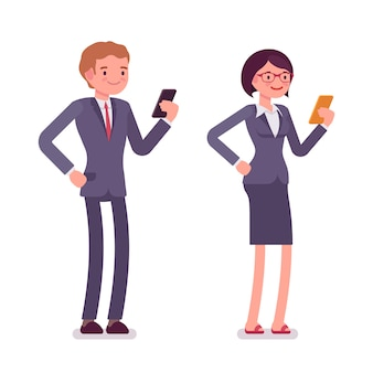 Trabalhadores de escritório em pé com smartphones