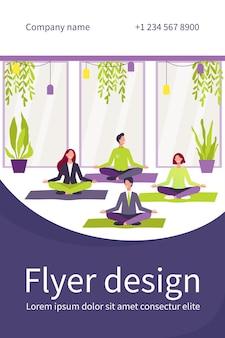 Trabalhadores de escritório felizes fazendo ioga, sentado em posição de lótus em esteiras e meditando. funcionários se exercitam durante o intervalo. modelo de folheto