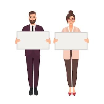 Trabalhadores de escritório masculinos e femininos segurando quadros brancos limpos