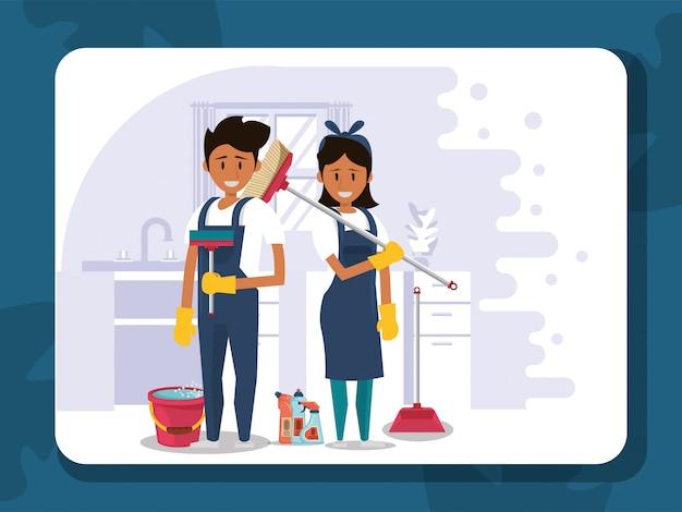Trabalhadores do casal housekepping com equipamento