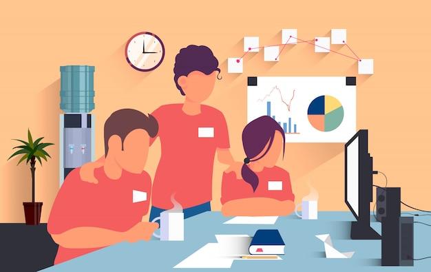 Trabalhadores planas em camisetas vermelhas trabalham no escritório e resolvem uma tarefa conjunta na frente de um computador, um bush e um interruptor com água no fundo.