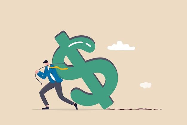 Trabalhando duro por dinheiro, esforço para ganhar mais salário ou lucro de investimento, carga tributária ou problema financeiro e conceito de dificuldade, empresário sobrecarregado arrasta o dinheiro do cifrão de volta do trabalho.
