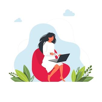 Trabalhando estudando em casa. pessoas em casa em quarentena própria. freelance. menina com laptop sentado no saco da cadeira. ilustração do conceito para trabalhar, estudar, educar, trabalhar em casa, estilo de vida saudável.