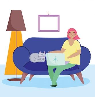 Trabalhando remotamente, jovem mulher e gato com laptop no sofá, sala com lâmpada