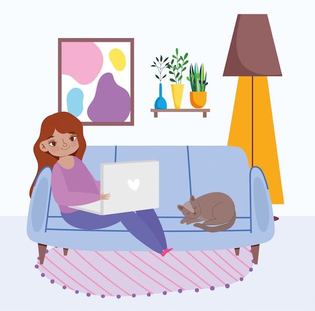 Trabalhando remotamente, jovem mulher sentada no sofá com laptop e gato